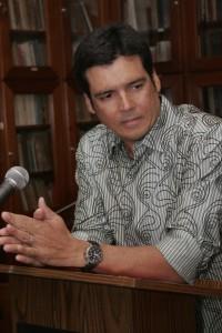 Luis Saldaña cuando aceptó el Premio de Cuento Pedro Juan Soto. Suministrada.