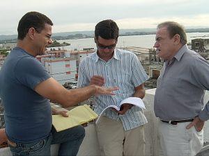 Con el cineasta dominicano César Rodríguez mientras cooperaba en la redacción de un guión. Foto Brenda Ruiz.