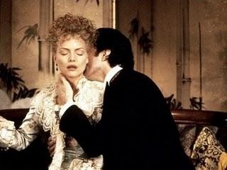 Un fogoso Newland Archer (Daniel Day-Lewis) tienta a la Condesa Olenska (Michelle Pfieffer). Fotograma de la adapación fílmica de la novela La edad de la inocencia dirigida por Martin Scorsese (1993).